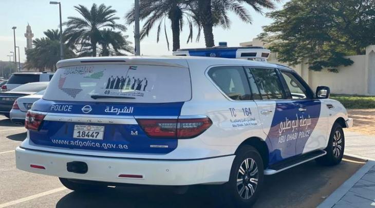 شرطة أبوظبي تزين دورياتها إحتفاء باليوم الوطني الـ49
