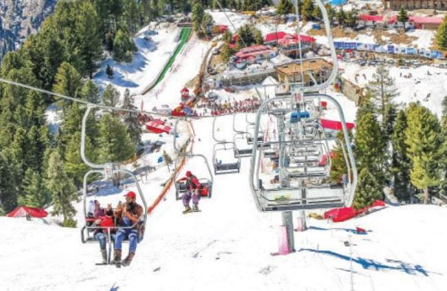 Snowfall in Malam Jabba, Murree, Mansehra attracts large crowd of visitors