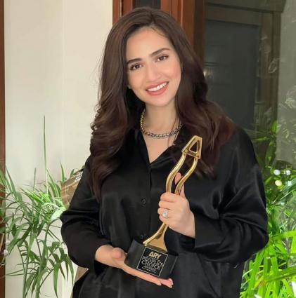 Sana Javed wins best actress Award