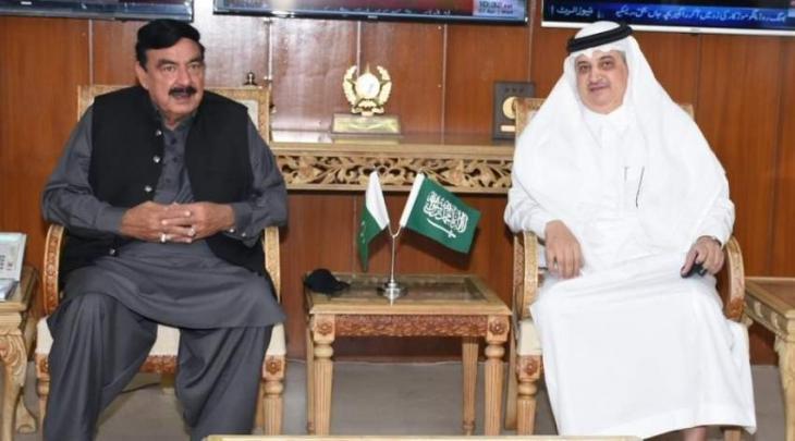 وزیر الداخلیة شیخ رشید یجتمع بسفیر السعودیة لدی اسلام آباد