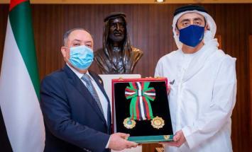 رئيس الدولة يمنح سفير الأردن وسام الاستقلال ..