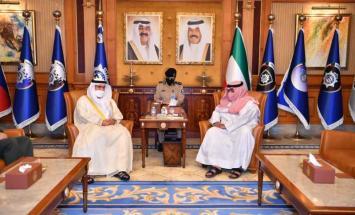 سفير الدولة يلتقي وزير الداخلية الكويتي