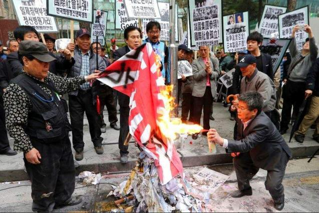 S.Korean Students Burn Japanese Imperial Flag to Protest Territorial Dispute - Reports