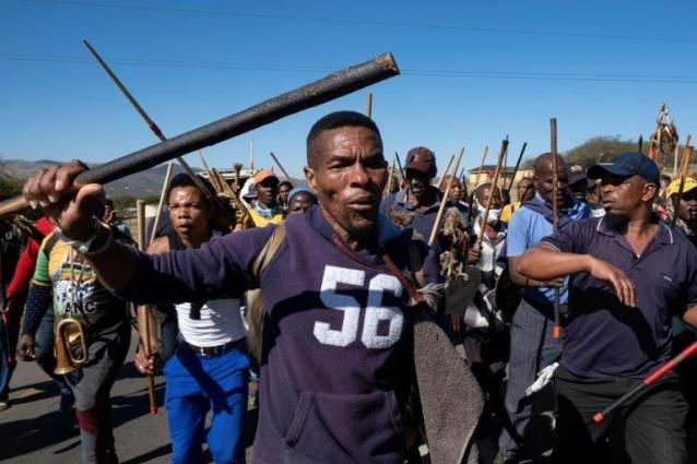 SAfricans gather in support of Zuma, a day before jail deadline