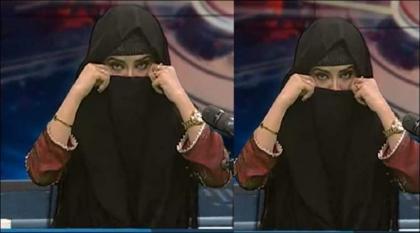 شاھد : مذیعة باکستانیة تبدأ ارتداء الحجاب مباشرة علی الھواء بعد انتقادات علی الحجاب من قبل أستاذ جامعي