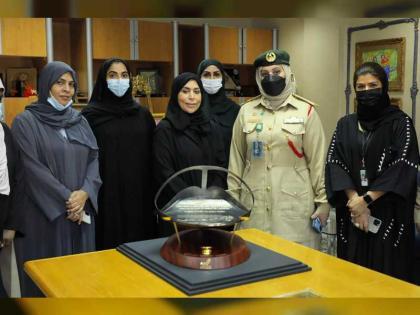 شرطة دبي تهدي الشيخة هند بنت مكتوم درعا تذكارية عرفانا بجهودها