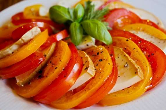 Tamatar Ka Salad Aur Siya Mirch Kay Dany Recipe In Urdu