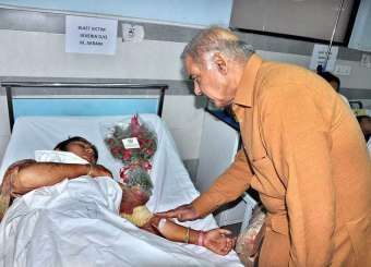 PM Nawaz Shrif And CM Shabaz Shrif Paid Visit To Gulshan E Iqbal Park Blast Victims. 28/3/2016.