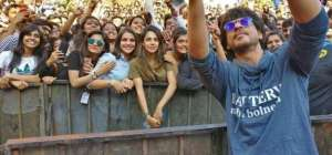 Girl in SRK's selfie goes viral on internet, people are talking about her