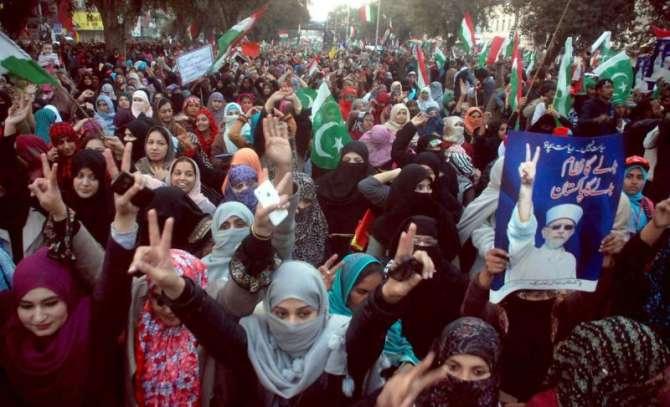 Shiekh Ul Islam Tehreek e Insaaf Ki Rally KO Peche CHor Gaye