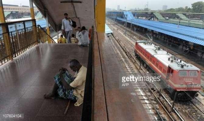 India Main Bhekari Ne Bheek Na Dene Wale Shakhas Ko Train K Samne Phenk Kar Khud Bhi Khudkushi Kar LI