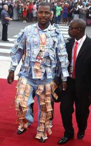 Ye Shakhs Currency Noton Se Tayar Karda Libas Kiun Pehanta Hai