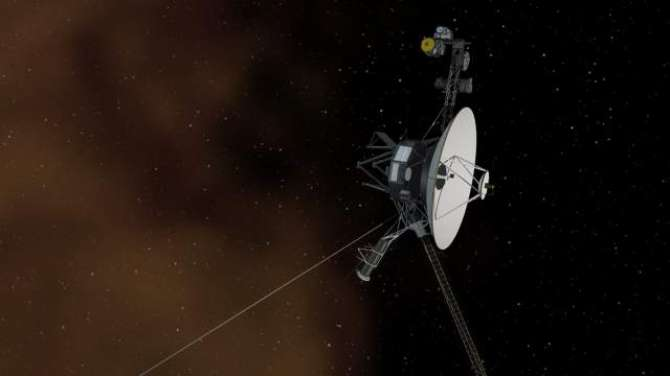 How does NASA acquire with precision and accuracy the recession speeds of Voyagers 1 and 2?