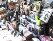 مظفر آباد، ایک بچہ اپنے خاندان کا پیٹ پالنے کےلئے سمگل شدہ الیکٹرانکس ..