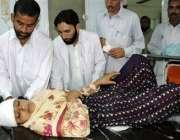 پشاور، نامعلوم افراد کے ہاتھوں بم دھماکے میں زخمی ہونے والی لیڈی ..
