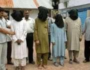 احمد آباد، بھارتی پولیس اہلکار چار افراد کو صحافیوں کو دکھا رہے ہیں، ..