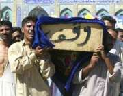 کربلا، بم دھماکے میں ہلاک ہونے والے ایک شہری کا جنازہ قبرستان لیجایا ..