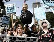 نیویارک، اقوام متحدہ کی عمارت کے سامنے امریکی شہری عراق پر مسلط کی ..