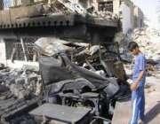 ایک عراقی نوجوان خود کش حملے میں ہونے والی ہولناک تباہی دیکھ رہا ہے۔