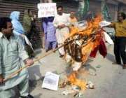 پوپ بینی ڈکٹ کے توہین آمیز کلمات کے خلاف ملتان میں مظاہرین احتجاج کر ..