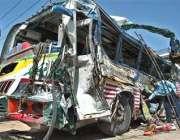 روات، ایک پولیس اہلکار حادثے کا شکار ہونے والی بس کو دیکھ رہا ہے، حادثے ..
