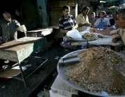 غزہ ، فلسطینی افطار کی تیاری کیلئے سامان خرید رہے ہیں۔