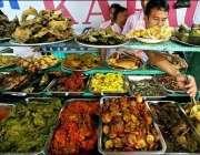 جکارتہ، مقامی روزہ دار روزہ افطار کرنے کیلئے خریداری کر رہے ہیں۔