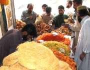 مظفر آباد، مقامی شہری روزہ افطار کرنے کے لئے خریداری کر رہے ہیں۔