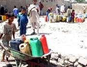 کراچی، بجلی اور پانی کی بندش کے باعث بچے اور خواتین دو دراز سے پانی ..