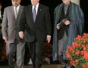 صدر بش حامد کرزئی اور صدر مشرف کے ہمراہ وائٹ ہائوس میں۔