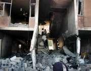 بغداد، بم دھماکے سے تباہ ہونے والی رہائشی عمارت کے مکین ملبے سے اپنا ..