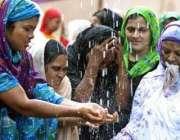ڈھاکہ، ماہ رمضان کہ پہلی نماز جمعہ پڑھنے کے لئے خواتین مسجد کے باہر ..