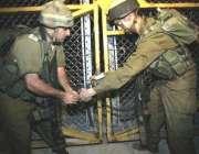 جنوبی لبنان سے واپس آنے کے بعد اسرائیلی فوجی سرحد پر لگے گیٹ کو تالا ..