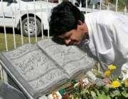 مظفر آباد، آٹھ اکتوبرکے زلزلے میں ہلاک ہونے والی ایک خاتون کی قبر کے ..