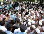 اسلام آباد، چینی سفیر احتجاج کرنے والے چینی عازمین حج و عمرہ سے خطاب ..