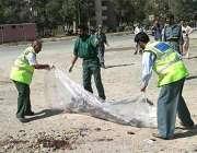 کابل، امدادی کارکن خودکش حملہ آور کی لاش کو تھیلے میں ڈال رہے ہیں۔
