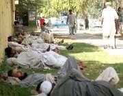 پشاور، مقامی مزدور دوپہر تک مزدوری نہ ملنے کے بعد مایوسی کے عالم میں ..