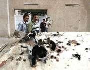 عراقی شہری خودکش حملے کیلئے استعمال ہونے والی گاڑی کو دیکھ رہے ہیں، ..