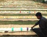 لاہور، ایک مدرسے کا طالب علم افطاری کی تیاریاں کر رہا ہے۔