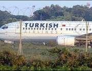 برندیسی ، ہائی جیک ہونے والا طیارہ ائرپورٹ رن وے پر کھڑا ہے۔
