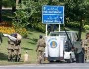 اسلام آباد، ایوان صدر کے قریب سے ملنے والے میزائلوں کو فوجی اہلکار ..