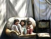بالاکوٹ، زلزلے سے متاثرہ خاندان کے بچے اپنے ٹینٹ ہائوس میںکھیل رہے ..