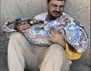 بغداد، ایک عراقی شہری اپنے بیٹے کی لاش گود میں اٹھائے رو رہا ہے۔