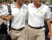 لاہور، یونس خان شعیب اختر کے ہمراہ بھارت روانگی کےلئے قذافی سٹیڈیم ..