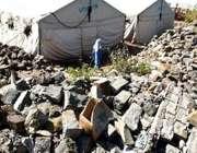 مظفرآباد، ایک تباہ حال سکول کے ملبے سے بچے گزر رہے ہیں۔