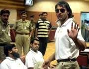 نئی دہلی، شعیب اختر ائیرپورٹ پر فوٹو گرافرز کو دیکھ کر ہاتھ ہلا رہے ..
