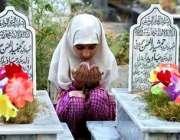 مظفر آباد، ایک بچی زلزلے میں ہلاک ہونے والے اپنے بھائیوں کی قبروں کے ..
