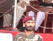 مظفر آباد، ایک فوجی جوان صدر مشرف کی نگرانی میں مصروف ہے، صدر کے دورہ ..
