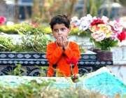 بالاکوٹ، ایک بچی ہادیہ گیلانی اپنے مرحوم بھائی کی قبر پر دُعا کر رہی ..