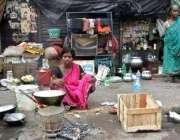 کولکتہ، ایک بھارتی خاندان کے افراد کھلے آسمان تلے زندگی گزارنے میں ..